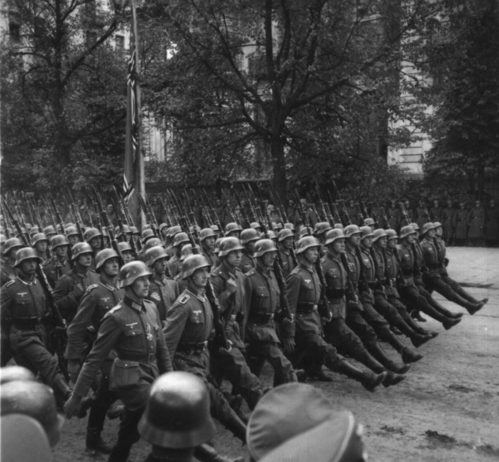 Deutsche Truppenparade in Warschau, Polen im September 1939 (Quelle: National Archives Identifier: 559369)