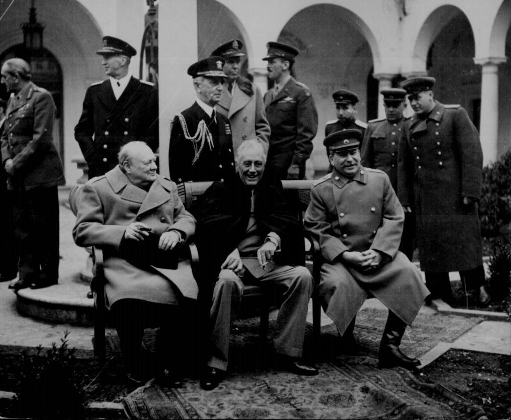 """Konferenz der """"Großen Drei"""" in Jalta (Yalta): Premierminister Winston S. Churchill, Präsident Franklin D. Roosevelt und Premier Josef Stalin. (Quelle: National Archives Identifier: 531340)"""
